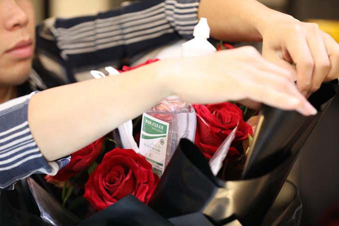 Để làm một bó hoa này không mất quá nhiều thời gian. Các phụ kiện được gắn kết bằng que dài để dễ dàng bó lại. Mất 15-20 phút để một người thợ lành nghề hoàn thiện bó hoa. Tùy vào độ to nhỏ, loại hoa sử dụng, giá của mỗi bó dao động từ 500 nghìn đồng cho tới hơn 1 triệu đồng.