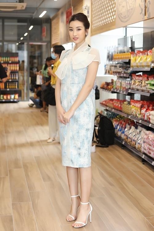 Hoa hậu Đỗ Mỹ Linh đổi phong cách thanh lịch khi đi event buổi sáng sớm.