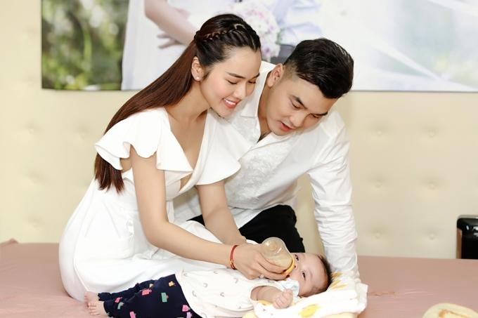 Ưng Hoàng Phúc ưu tiên thời gian phụ giúp vợ chăm sóc tổ ấm, bên cạnh hoạt động nghệ thuật.