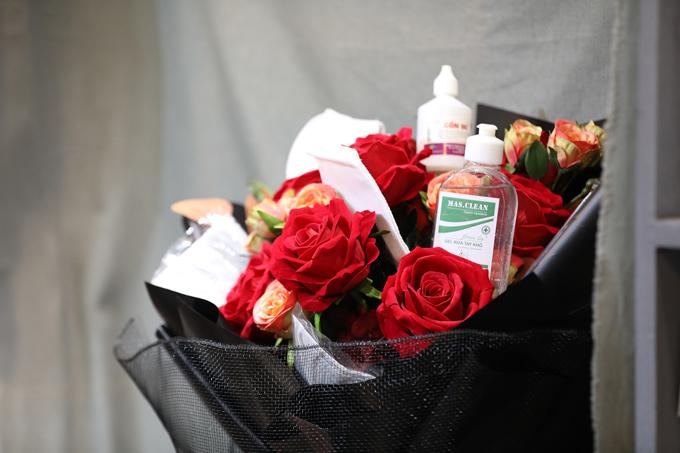 Tuy vậy, những bó hoa đính kèm khẩu trang hay nước xịt khuẩn chỉ được cửa hàng coi là 'làm cho vui' và kiểu thời vụ khi năm nay có sự xuất hiện của dịch bệnh.
