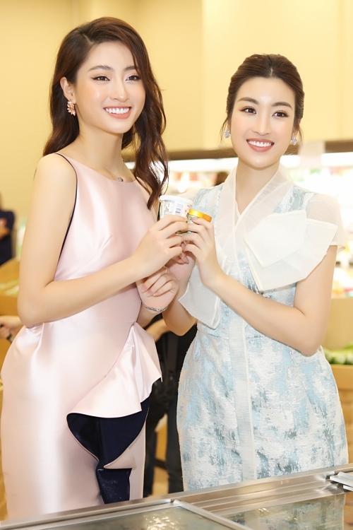 Hai người đẹp háo hức lựa chọn và mua sắm những mặt hàng Nhật tại sự kiện.