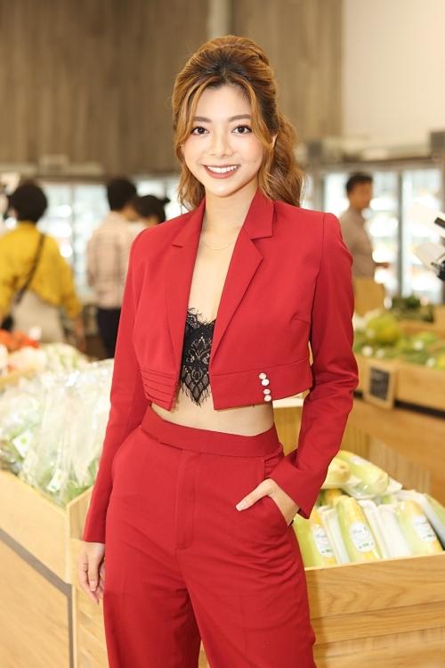 Diễn viên Katleen Phan Võ lấp ló áo ren gợi cảm.