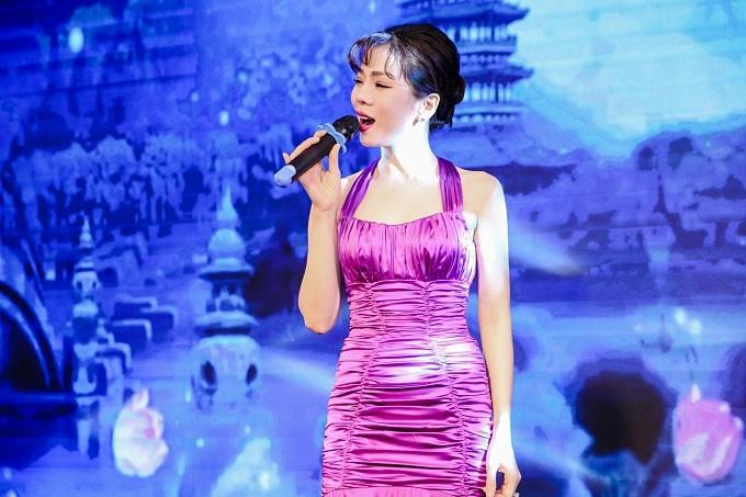 Nữ ca sĩ trình diễn ba ca khúc: