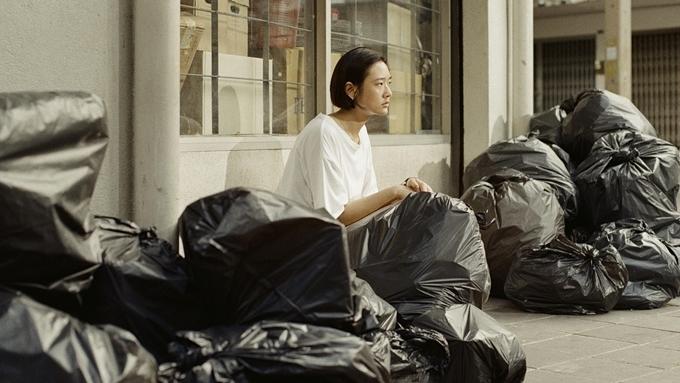Phim có nhiều cảnh miêu tả Jean một mình giữa đống đồ cũ ngổn ngang.