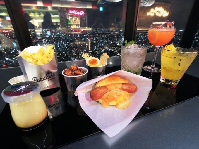 Quán bar Paradise Lounge ởtầng 46với sức chứa khoảng 20 người,phục vụ nhiều món ăn nhẹ như hotdog, khoai tây chiên, bánh pudding và đồ uống nhưcocktail,rượu Whisky Nhật, cà phê...