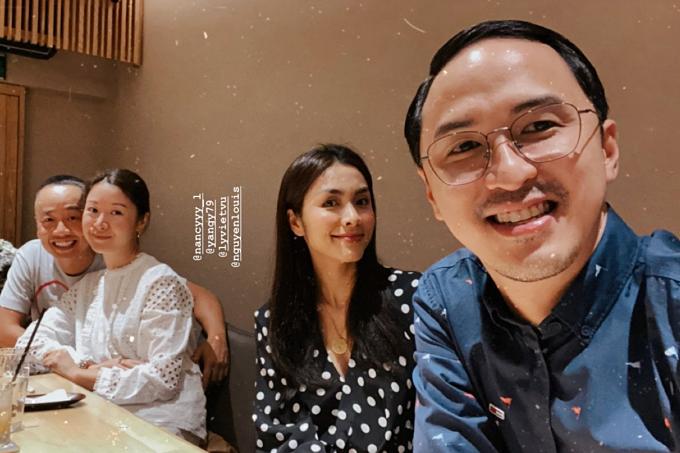 Vợ chồng Tăng Thanh Hà - Louis Nguyễn (phải) đi ăn tối cùng người thân.