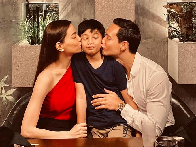 Hồ Ngọc Hà, Kim Lý dành buổi tối Valentine bên cạnh Subeo. Cậu nhóc còn được mẹ và Kim Lý dành tặng nụ hôn ngọt ngào.
