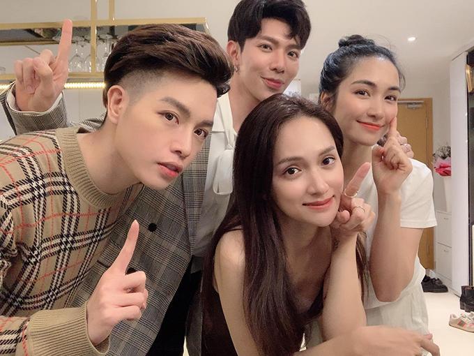 Hương Giang pose ảnh cùng gia đình Hoa dâm bụt gồm Hòa Minzy, Đức Phúc, Erik.