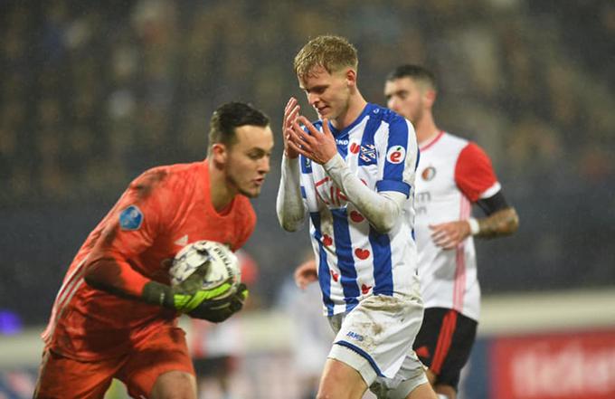 Heerenveen (áo xanh trắng) trải qua trận thứ 4 liên tiếp khôngthắng ở các đầu trường (ba thua, một hoà). Ảnh: SCH.