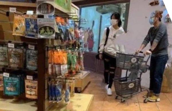 Hoàng Tâm Dĩnh đi lựa đồ cho chó cưng cùng tay trống Lại Man Wang.