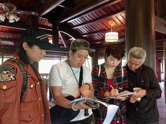Mai Thu Huyền trao đổi công việcvới sản xuất - đạo diễn Bửu Lộc (áo trắng) và các cộng sự.