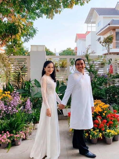 MC Quyền Linh viết lời ngọt ngào cho vợ ngày lễ tình yêu: Chỉ cần nắm chặt tay em anh có thể đi xuyên qua tất cả mọi giông bão của cuộc đời.