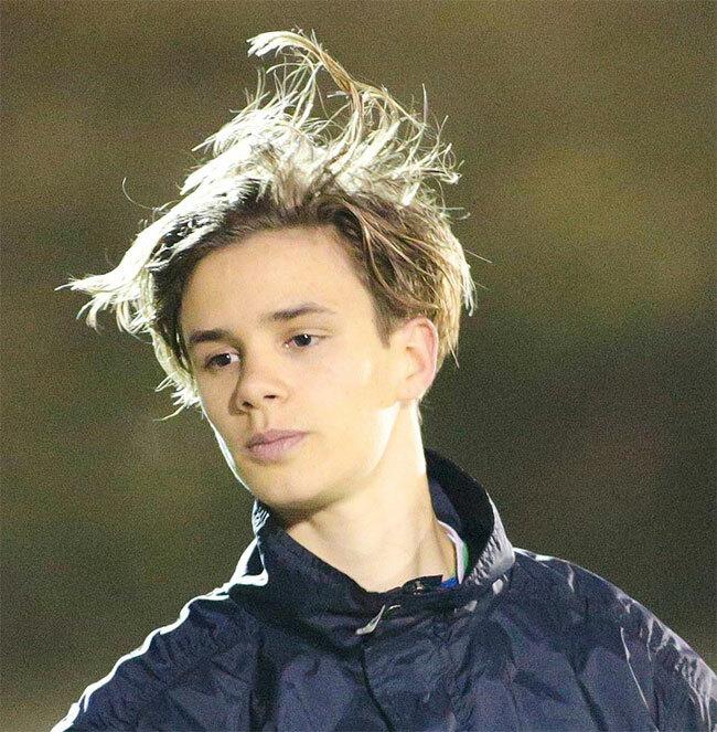 Cậu hai Romeo với mái tóc lãng tử trên sân bóng.