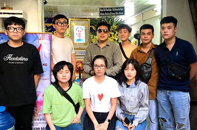 Đạo diễn Thanh Hiệp (đeo kính, đứng thứ hai từ trái qua, hàng sau) cùng các học trò tới viếng Phương Trang.