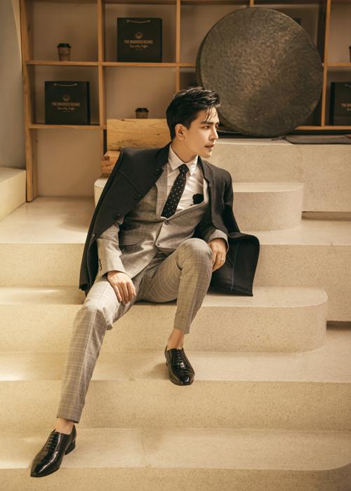 Kin Nguyễn lịch lãm với suit họa tiết ca rô, áo choàng thiết kế trên chất liệu vải dạ được anh phối hài hòa cùng set đồ.