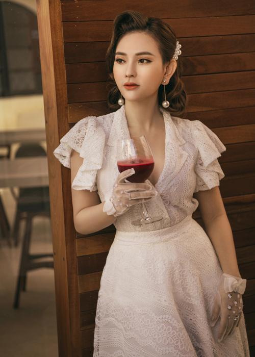 Thu Thủy hóa quý cô kiêu kỳ, sang chảnh nhưng lại rất cổ điển với bộ váy ren trắng.Nữ ca sĩ khéo léo kết hợp cùng mái tóc ngắn uốn lọn đẻ giúp mình thêm phần quyến rũ.