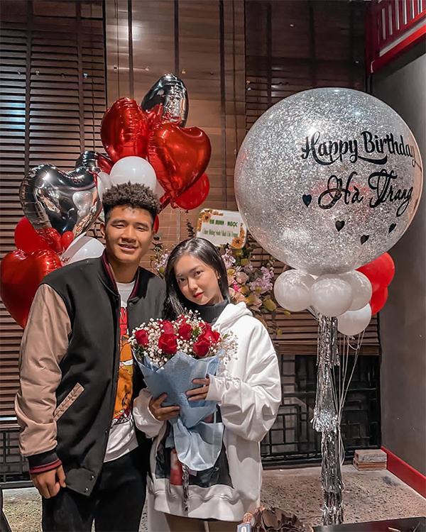 Đức Chinh chụp ảnh với bạn gái trong sinh nhật của cô nàng hồi tháng 1. Ảnh: Instagram.