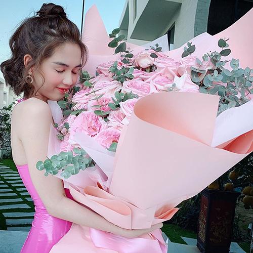 Ngọc Trinh khoebó hoa khổng lồ được tặng dịp lễ tình nhân cùng chú thích: Cảm ơn cậu bé nha. Nhiều bạn bè, người hâm mộ chúc mừng cô và đồn đoán rằng người đẹpcó tình mới là trai trẻ kém tuổi.