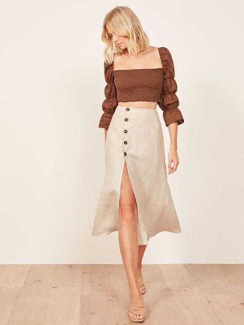 Chân váy linen màu trung tính được mix cùng áo crop-top nhấn nhá bắt mắt ở phần quây ngực và tay chun.