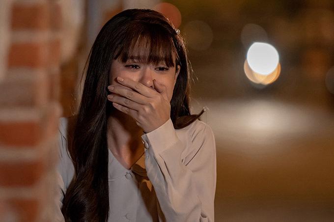 Là diễn viên kiêm ca sĩ, bà mẹ một con dễ dàng thể hiện những phân đoạn rơi nước mắt, đau khổ vì tình.