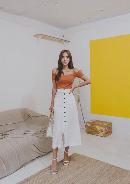 Chân váy midi kiểu đính nút là trang phục không quá mới mẻ. Nhưng nó vẫn thu hút sự quan tâm của phái đẹp và được lựa chọn để mix đồ hàng ngày.