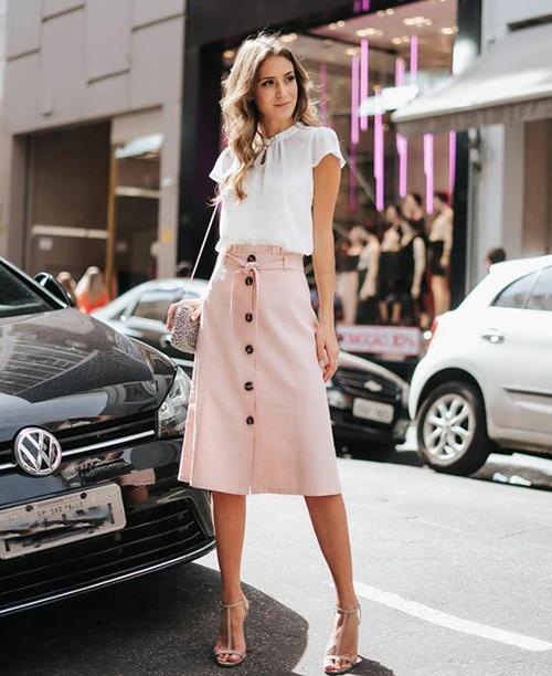 Set đồ thanh lịch với cách mix áo blouse, chân váy tông hồng nude phù hợp khi hẹn hò bạn bè cafe, đi ăn uống vào dịp cuối tuần.