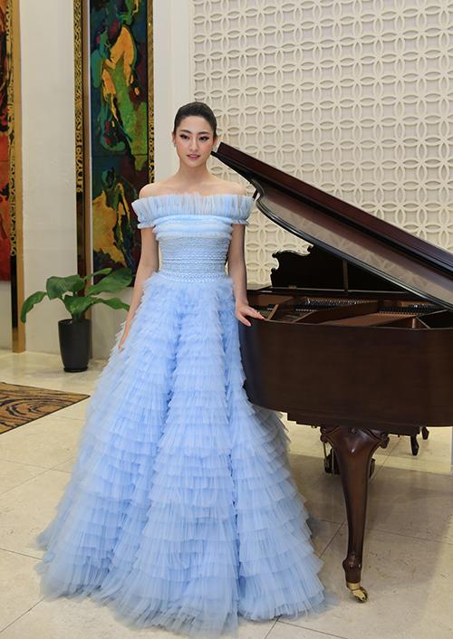 Cô diện bộ váy xếp tầng xoè bồng màu pastel để hoàn thiện phong cách công chúa.