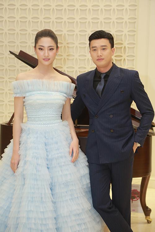 Diễn viên Quốc Trường và Hoa hậu Lương Thuỳ Linh sánh đôi tại sự kiện. Cả hai không ngại chụp ảnh tình tứ trước khi chương trình diễn ra.