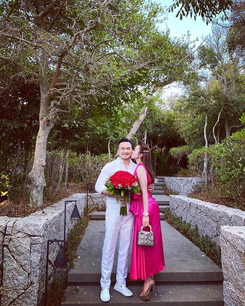 Diễn viên Chi Bảo cùng bạn gái - doanh nhân Lý Thuỳ Chang - trải qua một Valentine lãng mạn tại resort hạng sang ở Vĩnh Hy (Ninh Thuận).