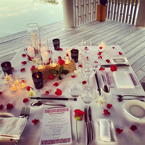 Bàn tiệc bên cạnh biển được phủ đầy hoa hồng và ánh nến càng khiến Lý Thuỳ Chang thêm bất ngờ trước độ tinh tế của bạn trai. Cô gọi Chi Bảo là chồng yêu và cho rằng yêu đúng người thì ngày nào cũng là Valentine.