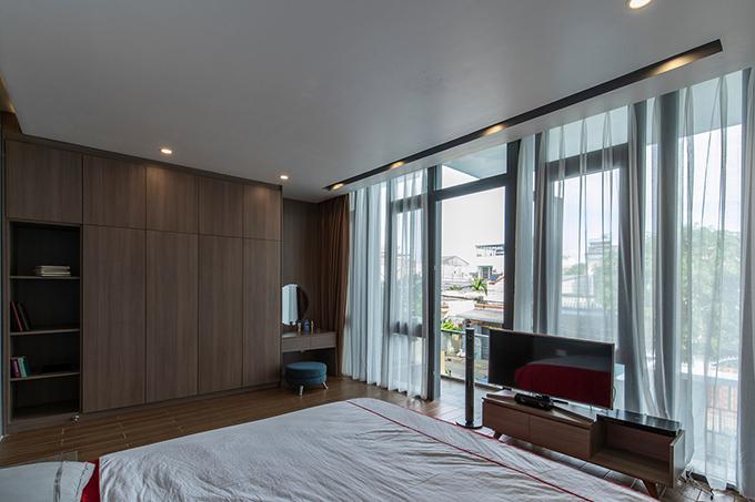 Bên cạnh phòng ngủ của gia chủ là ban công, giúp đón nắng, gió. Nội thất ưu tiên sự tiện lợi, tối giản.