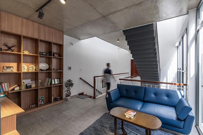 Thiết kế của căn nhà tạo ra một hành trình khám phá. Bởi lẽ, để di chuyển giữa các phòng, gia chủ sẽ cần đi bộ qua hành lang dài, trải nghiệmsự thay đổi của kiến trúc và ánh sáng.