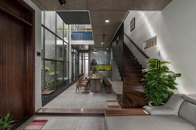 Do bên cạnh nhà đều là các công trình cao tầng nên nhóm kiến trúc sư tính toán để căn nhà có đủ nắng, gió, giảm thiểu sự ngột ngạt do tính chất vốn có của nhà đô thị.