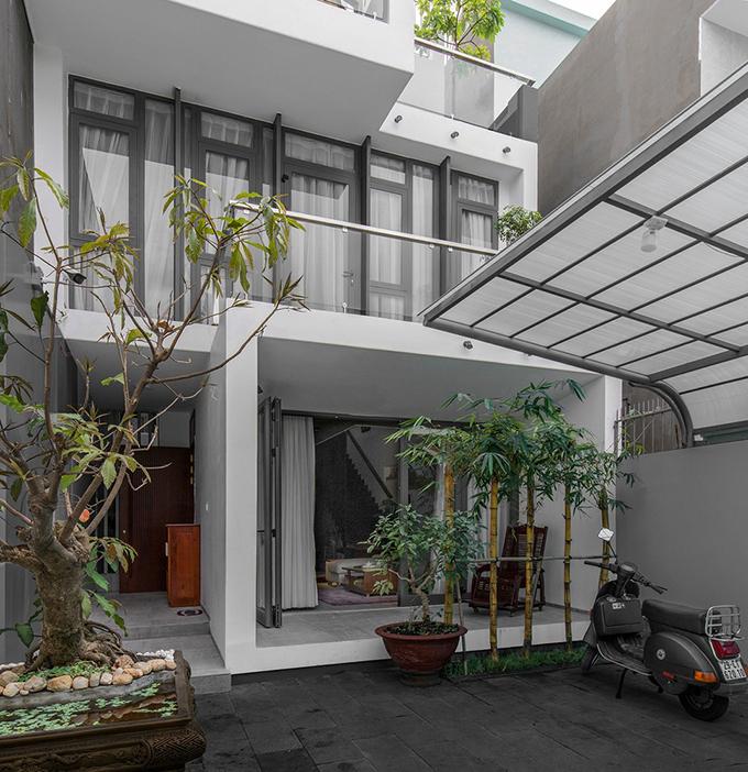 Căn nhà được thiết kế để đáp ứng nhu cầu sinh sống của 3 thế hệ, nằm trong một khu dân cư yên tĩnh.