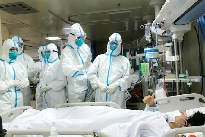 Các y bác sĩ đang điều trị cho bệnh nhân nhiễm virus corona ở Vũ Hán. Ảnh: Xinhua.