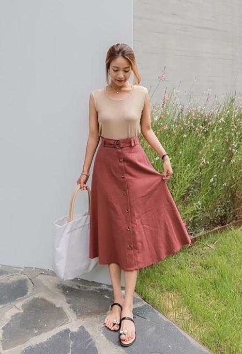 Nhờ đường nét đơn giản mà chân váy midi luôn dễ dàng tạo nên sự hoà hợp với nhiều kiểu áo khác nhau.