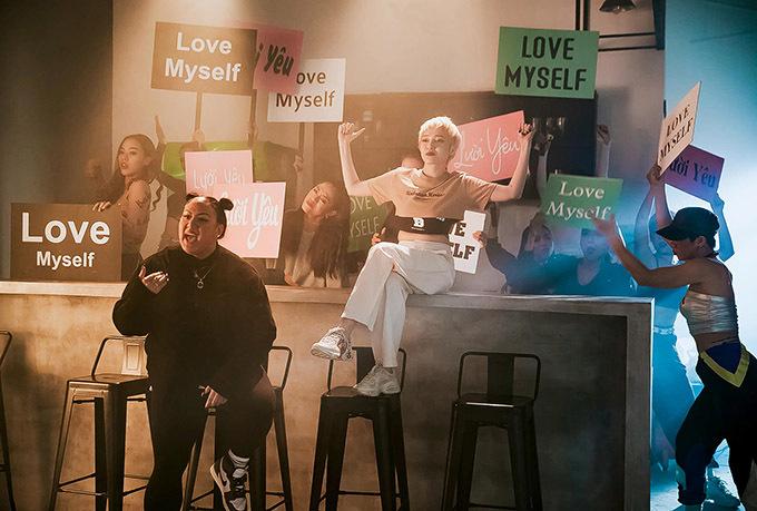 MV Lười yêu phát hành dịp Valentine 14/2. Sau một ngày sản phẩm đã thu hút gần 300.000 lượt xem trên YouTube.