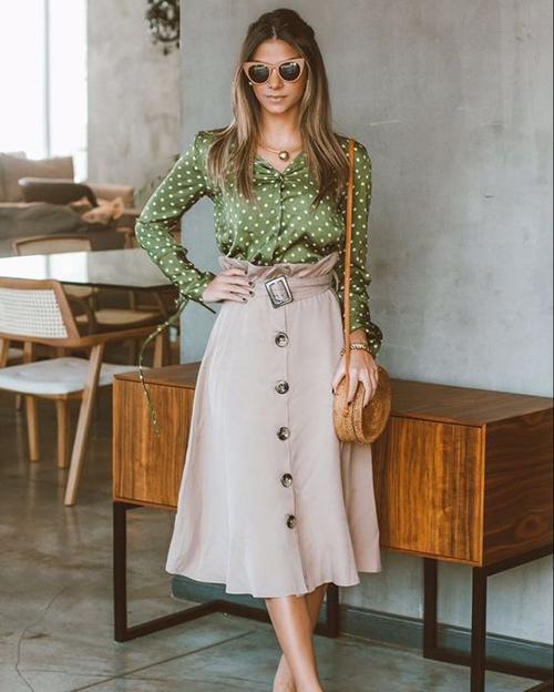 Những kiểu sơ mi điệu đà thiết kế trên các chất liệu lụa, voan lụa, chiffon cũng có thể sử dụng cùng chân váy midi lưng cao.
