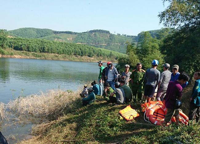 Lực lượng cứu hộ tìm kiếm tung tích người dân bị lật thuyền. Ảnh: Hồ Sỹ.