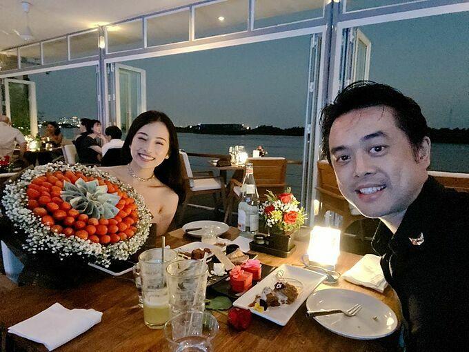 Dương Khắc Linh tặng vợ bó hoa toàn tiền 500.000 đồng và dâu tây nhân dịp lễ tình nhân.
