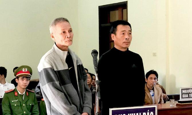 Bị cáo Đéng (bên trái) và Hoài tại tòa. Ảnh: Cảnh Hoàng