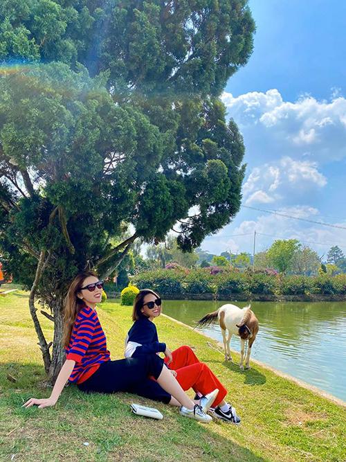 Kỳ Duyên - Minh Triệu cùng ngồi chuyện trò, ngắm ngắm hồ Hồ Xuân Hương ở Đà Lạt.