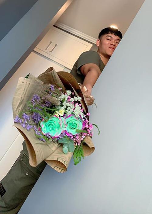 Ông xã Trung Kiên lén lút tặng hoa khiến Lê Phương cảm động. Cô viết: Valentine năm nay đã là mẹ của hai con, vẫn thật ấm áp. Cảm ơn chồng yêu.