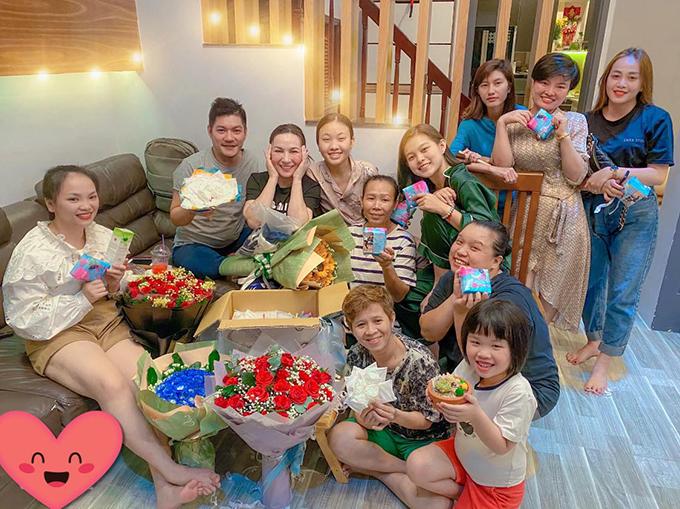 Ca sĩ Phi Nhung cảm động khi được nhiều người yêu thương, mến mộ tặng quà trong ngày đặc biệt.