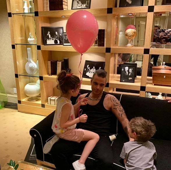 Robbie chơi đùa với hai người con lớn.