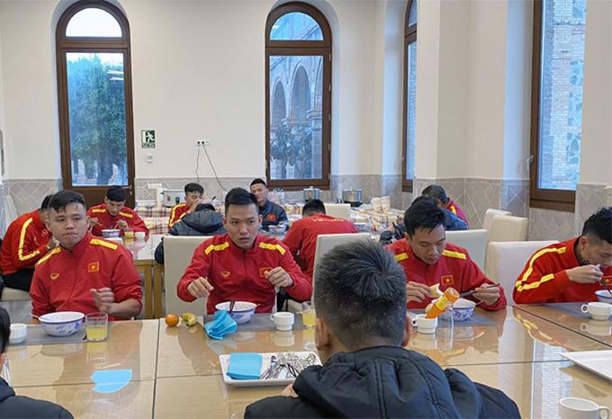 Tuyển futlal Việt Nam ăn sáng hôm 14/2 trong chuyến tập huấn tại Tây Ban Nha. Ảnh: VFF.