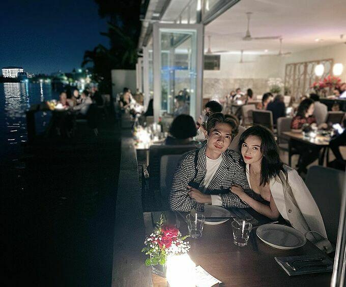Sĩ Thanh dùng bữa tối lãng mạn bên bạn trai Huỳnh Phương.