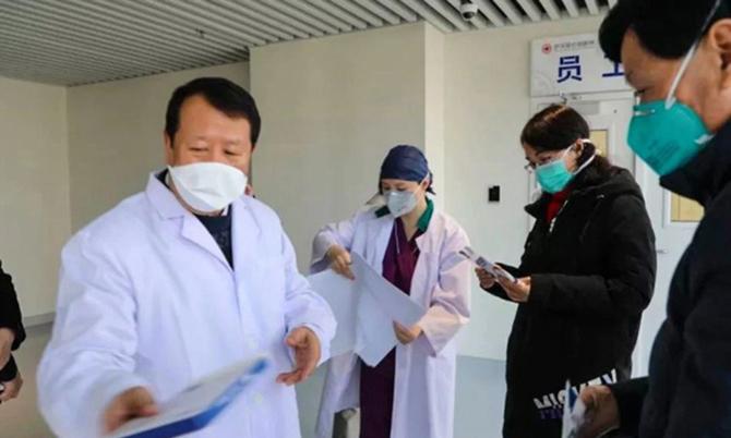 Doanh nhân Tse Chun-ming trao đổi với các bác sĩ tại bệnh viện đa khoa châu Á Vũ Hán. Ảnh: SCMP.