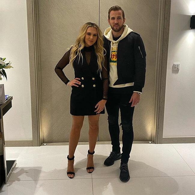 Tiền vệ Tottenham Harry Kane đăng ảnh với vợ và gửi lời chúc Valentine tới vợ cùng hai con gái.