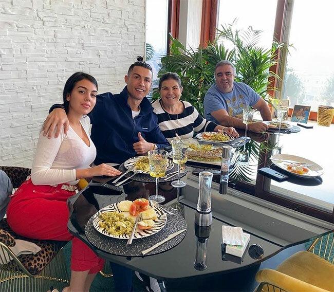 Bữa trưa gia đình, C. Ronaldo viết chú thích ảnh bên bạn gái, mẹ và bạn trai của mẹ trong ngày Valentine.